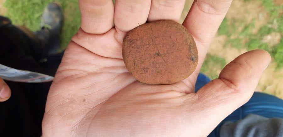 Þessi steinn er með einhverskonar rissi. Ef til vill skissa af útskurði eða jafnvel mylluspil. Hvur veit?